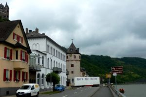 """Großer LKW mit Aufschrift """"Rock n Roll Trucking"""" biegt auf Rheinstraße, Sankt Goarshausen"""