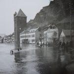Häuser in der Rheinstraße im Hochwasser